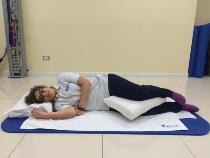 Dormire Con Un Cuscino Tra Le Gambe.Le Posizioni Giuste Per Dormire Bene E Senza Mal Di Schiena Metica