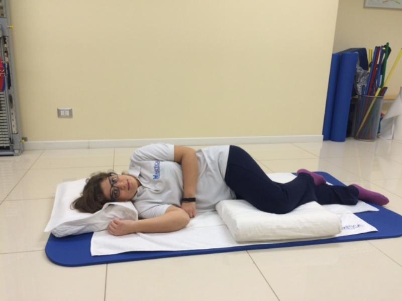 Dormire Con Il Cuscino Tra Le Gambe.Le Posizioni Giuste Per Dormire Bene E Senza Mal Di Schiena Metica