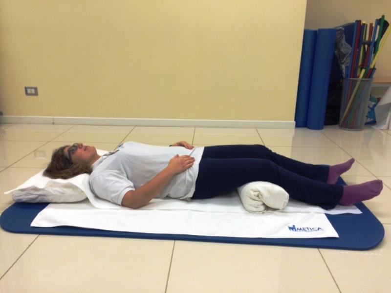 Dormire Cuscino Tra Le Gambe.Le Posizioni Giuste Per Dormire Bene E Senza Mal Di Schiena Metica